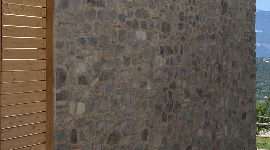 Un edificio di pietra in legno