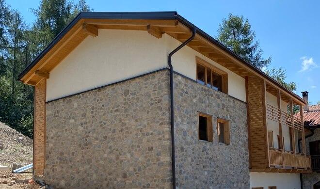 Casa in legno con rivestimento in pietra